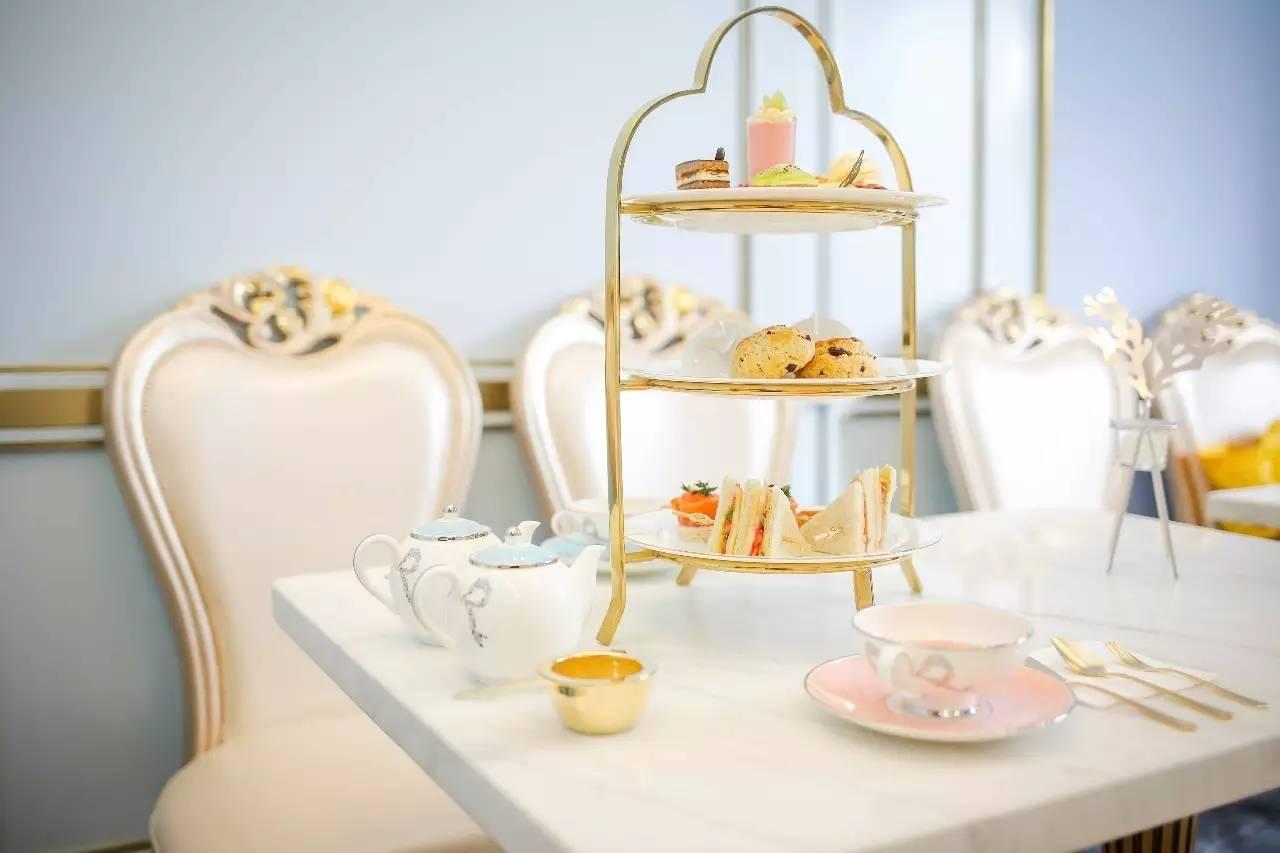 女孩子们最爱的三层式双人下午茶和多款诱人甜点,甜甜蜜蜜.
